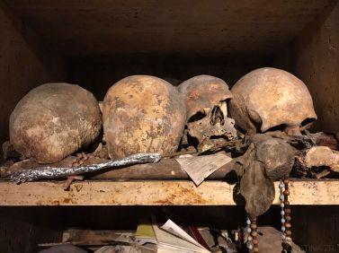 """""""E cape e morte"""" Culto a los cráneos. Legado histórico, tradición popular y religión en Nápoles. """"Per grazie recevuta"""". (con respeto)"""
